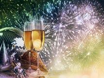 Champagne-Gläser gegen Feiern des neuen Jahres stockbild