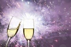 Champagne-Gläser gegen Lichterkette und Feuerwerke Lizenzfreies Stockbild