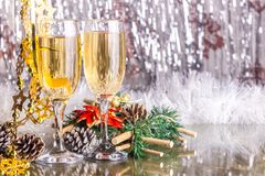 Champagne, Gläser, Kegel, Girlanden, Weihnachtsdekorationen Lizenzfreies Stockbild