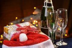 Champagne-Gläser mit dem Kamin Stockbilder