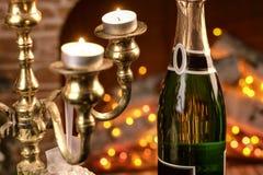 Champagne-Gläser mit dem Kamin Lizenzfreies Stockbild
