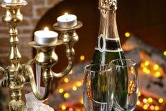 Champagne-Gläser mit dem Kamin Lizenzfreie Stockfotos