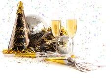 Champagne-Gläser mit festlichen Partyhüten auf Weiß Lizenzfreies Stockbild