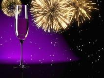 Champagne-Gläser mit Feuerwerken auf Hintergrund lizenzfreie stockbilder