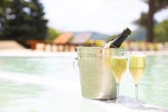 Champagne-Gläser und -flasche im Eiseimer stockfotos