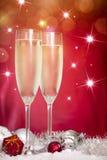 Champagne-Gläser und Weihnachtsdekoration Stockbilder