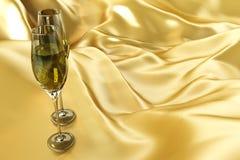 Champagne-Glas auf Satin Lizenzfreie Stockfotos