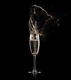 Champagne-Glas auf schwarzem Hintergrund Stockfoto