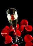 Champagne-Glas mit den Blumenblättern von stieg Lizenzfreies Stockbild