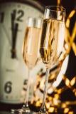 Champagne Glasses avec l'horloge près du minuit Photos libres de droits