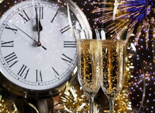 Champagne Glasses Clock Midnight Fireworks lizenzfreie stockbilder