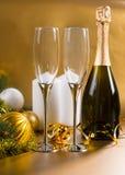 Champagne Glasses con las decoraciones festivas del oro Imagen de archivo libre de regalías