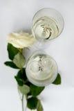 Champagne Glasses e fedi nuziali da ghiaccio Fotografia Stock Libera da Diritti