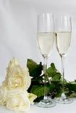 Champagne Glasses e mazzo di rose bianche Fotografia Stock