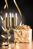Champagne Glasses med banderoller och gåvaasken Royaltyfri Fotografi