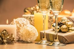Champagne Glasses med julpynt Arkivfoton