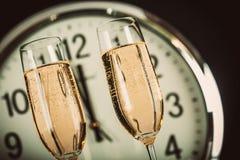 Champagne Glasses med midnatt för klocka nästan Fotografering för Bildbyråer