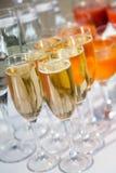 Champagne Glasses och drinkar på tabellen Arkivfoto