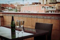 Champagne Glasses och flaska i det Barcelona centret Royaltyfri Bild