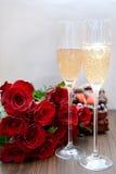 Champagne Glasses och grupp av blommor Arkivbilder