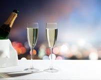 Champagne Glasses och stad Royaltyfria Foton