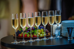 Champagne Glasses på tabellen Arkivbild