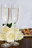 Champagne Glasses, scatola di cioccolato e mazzo di rose bianche Immagini Stock Libere da Diritti