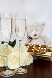 Champagne Glasses, scatola di cioccolato, mazzo di rose bianche e Te Fotografie Stock