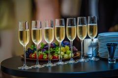Champagne Glasses sulla tavola Fotografia Stock