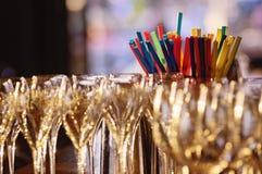 Champagne-glazen en cocktailstro Stock Foto