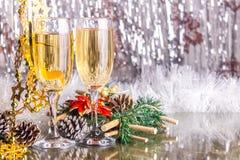 Champagne, glazen, kegels, slingers, Kerstmisdecoratie Royalty-vrije Stock Afbeelding