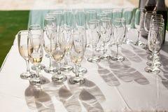 Champagne-glazen met champagne Stock Afbeeldingen