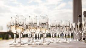 Champagne-glazen met champagne Stock Foto's