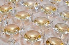 Champagne-glazen met champagne worden gevuld die Stock Afbeelding
