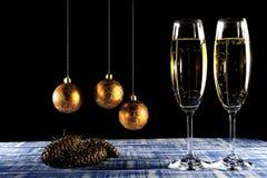 Champagne-glazen op blauwe houten en zwarte achtergrond Royalty-vrije Stock Foto's