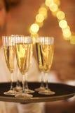 Champagne-glazen op dienblad Partij en gebeurtenisconcept Stock Afbeeldingen