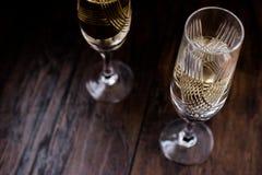 Champagne-glazen op donkere houten oppervlakte Stock Fotografie