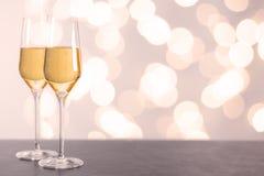 Champagne-glazen op een lijst Stock Foto's