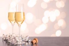 Champagne-glazen op een lijst met cork Stock Fotografie