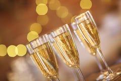 Champagne-glazen op gouden achtergrond Stock Afbeeldingen