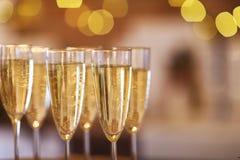 Champagne-glazen op gouden achtergrond Stock Afbeelding