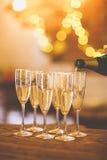 Champagne-glazen op gouden achtergrond Champagne met vliegende ballons en geïsoleerde santahoed Royalty-vrije Stock Foto