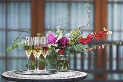 Champagne-glazen op zilveren dienblad Stock Afbeeldingen