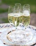 Champagne-glazen op zilveren dienblad Royalty-vrije Stock Foto