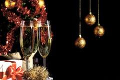 Champagne-glazen op zwarte achtergrond Stock Foto's