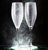 Champagne-glazen op zwarte nevel Stock Afbeeldingen
