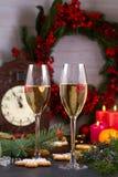 Champagne-glazen in vakantie het plaatsen Kerstmis en Nieuwjaarviering met champagne Kerstmisvakantie verfraaide lijst Royalty-vrije Stock Fotografie