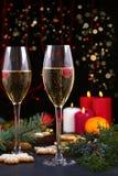 Champagne-glazen in vakantie het plaatsen Kerstmis en Nieuwjaarviering met champagne Kerstmisvakantie verfraaide lijst met wh Royalty-vrije Stock Foto's
