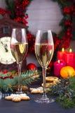 Champagne-glazen in vakantie het plaatsen Kerstmis en Nieuwjaarviering met champagne Kerstmisvakantie verfraaide lijst met wh Royalty-vrije Stock Afbeelding