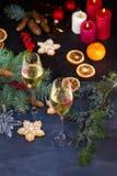 Champagne-glazen in vakantie het plaatsen Kerstmis en Nieuwjaarviering met champagne Kerstmisvakantie verfraaide lijst met wh Stock Foto's